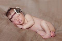 白种人新出生的婴孩,当睡觉时 免版税库存图片