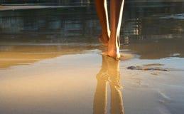 走在海滩的低角度非裔美国人的妇女 免版税图库摄影
