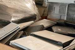 为回收排序的老便携式计算机 库存照片