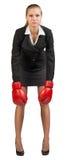 拳击女实业家手套佩带 免版税库存照片
