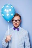 有一个蓝色气球的可爱的年轻人在他的手上 党,生日,华伦泰 库存图片