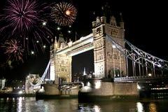 桥梁在塔的庆祝烟花 免版税图库摄影