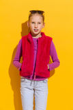 桃红色毛皮背心的女孩 图库摄影
