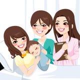 拥抱新出生的男孩的亚裔母亲 免版税库存照片