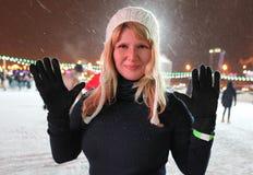 滑冰场的俏丽的妇女 免版税库存图片