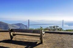 在金门大桥的空的长凳 免版税库存照片