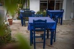 传统希腊蓝色椅子 库存照片