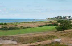 链接打高尔夫球与海洋和假日住房的孔 免版税图库摄影