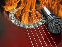 Κάψιμο κιθάρων και μικροφώνων στην πυρκαγιά Στοκ φωτογραφία με δικαίωμα ελεύθερης χρήσης