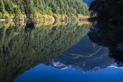在镜子湖的反射山九寨沟的 图库摄影