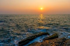 海波浪和橙色天空 免版税库存图片