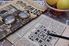 读老苏联报纸,葡萄酒玻璃 免版税库存图片
