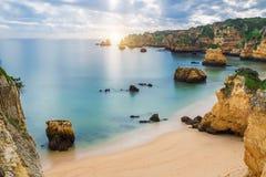 在日落的海海滩 多云天空 葡萄牙 免版税库存照片