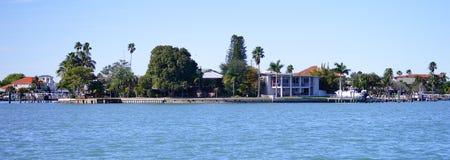 豪华海滨别墅的全景有小船船坞的 免版税库存照片