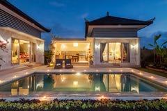 夜射击豪华和私有别墅与室外的水池 库存照片