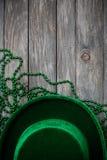 绿色:党帽子和小珠为圣帕特里克的天 图库摄影