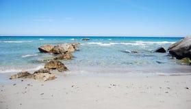 Τοπίο με την παράκτια ακροθαλασσιά, κύματα, κρύσταλλο - καθαρίστε το νερό Στοκ Φωτογραφίες