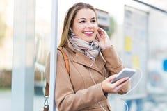 公共汽车站等待的妇女 免版税库存图片