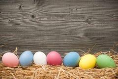 在木背景的复活节彩蛋 免版税库存照片