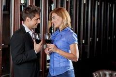 Молодые пары в влюбленности делая здравицу Стоковые Изображения RF