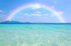 Ζωηρόχρωμο ουράνιο τόξο πέρα από μια τροπική παραλία της Θάλασσας Ανταμάν, Ταϊλάνδη Στοκ φωτογραφία με δικαίωμα ελεύθερης χρήσης