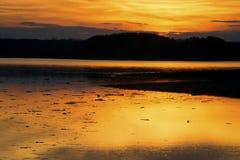 在一个镇静湖的日落 免版税库存图片