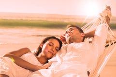 Ειρηνικό ζεύγος κοιμισμένο σε μια αιώρα Στοκ Εικόνες