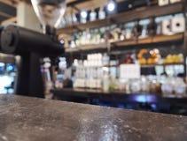 花岗岩柜台酒吧上面有被弄脏的咖啡馆厨房背景 免版税库存照片