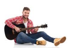有声学吉他的男性吉他弹奏者 库存图片