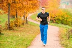 Атлетический человек бежать в парке Стоковое фото RF