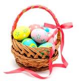 在被隔绝的篮子的五颜六色的手工制造复活节彩蛋 免版税库存照片