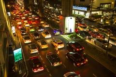 交通堵塞在市中心在晚上 免版税库存照片