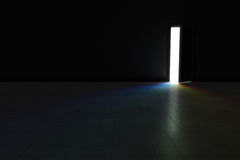 Открыть дверь к темной комнате при яркий свет радуги светя внутри ба Стоковые Изображения RF