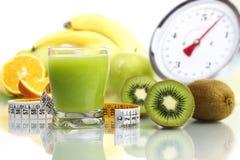 在玻璃,果子米标度的猕猴桃汁液节食食物 免版税库存图片