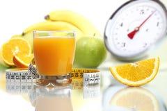 在玻璃,果子米标度的橙汁节食食物 免版税库存图片