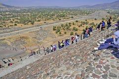 在死者的大道,特奥蒂瓦坎,墨西哥的金字塔 库存照片