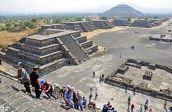 在死者的大道,特奥蒂瓦坎,墨西哥的金字塔 免版税图库摄影