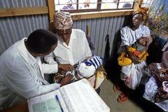 肯尼亚婴孩的医疗保健,内罗毕 免版税库存照片