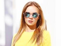 太阳镜的时尚画象时髦的俏丽的妇女 免版税库存图片