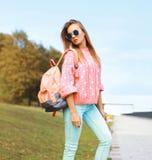 夏天、时尚和人概念-相当时髦的行家女孩 免版税库存照片