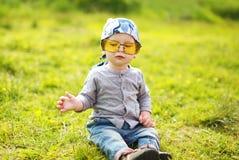 太阳镜的正面滑稽的小孩 免版税库存图片