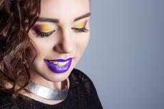 在白色背景的演播室塑造秀丽被射击有明亮的构成的美丽的年轻性感的女孩和紫色嘴唇 免版税库存图片