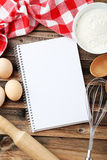 打开在棕色木背景的空白的食谱书 库存照片