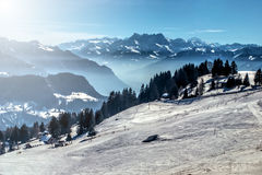 Κλίση σκι χειμερινών βουνών Στοκ φωτογραφία με δικαίωμα ελεύθερης χρήσης