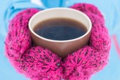 杯热的茶在女性手上在室外的冬天 免版税图库摄影