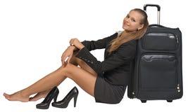 有她的鞋子的女实业家坐在旁边 免版税库存图片