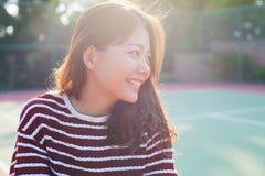 微笑与愉快的面孔的画象年轻美丽的妇女 免版税库存图片