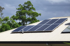 панели настилают крышу солнечное Стоковые Фото