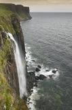 在斯凯岛小岛的海岸线风景 苏格兰男用短裙岩石 苏格兰 英国 库存照片