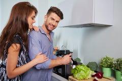 准备晚餐的浪漫年轻夫妇 免版税图库摄影